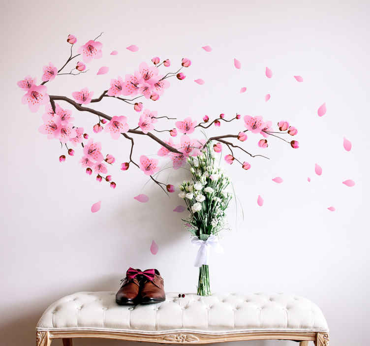 TenStickers. Naklejka na ścianę kwiat wiśni. Naklejka na ścianę inspirowana orientalną kulturą, przedstawiająca gałąź japońskiej wiśni z różowymi kwiatami i płatkami unoszącymi się wokół. Ten delikatny wzór będzie idealny do ozdoby salonu lub sypialni!