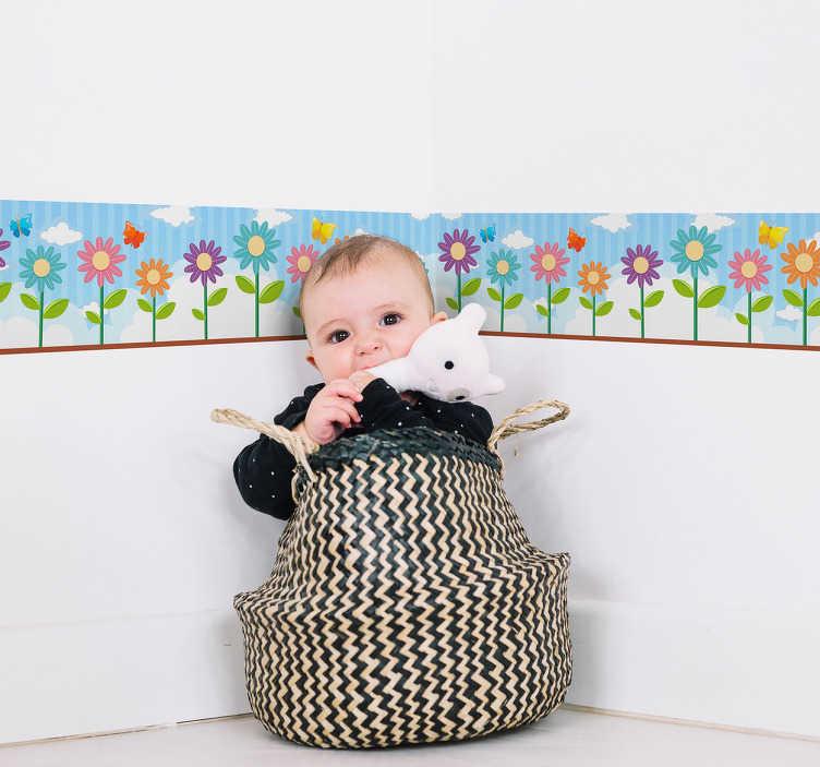 TenStickers. Naklejka na ścianę szlaczki - kwiatowy wzór dla dzieci. Kolorowa naklejka ścienna do pokoju dziecięcego, przedstawiająca kwiatki na błękitnym tle. Idealna dekoracja ścienna, żeby odświeżyć wygląd pokoju Twojego dziecka! Ceny już od 8,75 zł!
