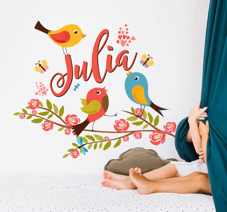 TenStickers. Vinil decorativo personalizado da Primavera. Decore o quarto dos seus filhos com este vinil decorativo personalizado da primavera, com um desenho de vários pássaros e um ramo em que pode colocar o nome que quiser.