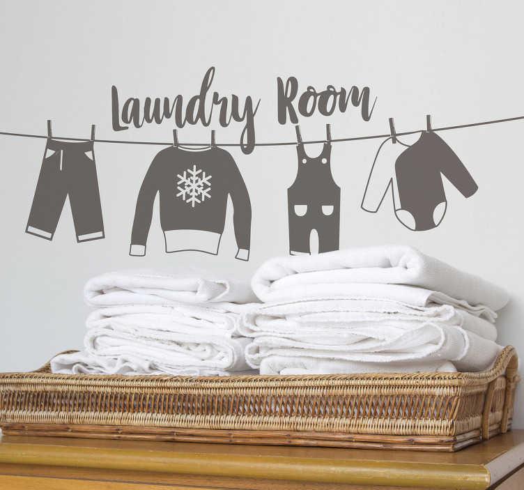 """TenStickers. Napis na ścianę """"Laundry room"""" wiszące ubrania. Naklejka na ścianę z napisem """"pralnia"""" w języku angielskim i oryginalnym wzorem wiszących ubrań. Ta naklejka w delikatny sposób ozdobi miejsce w Twoim domu w którym robisz pranie!"""