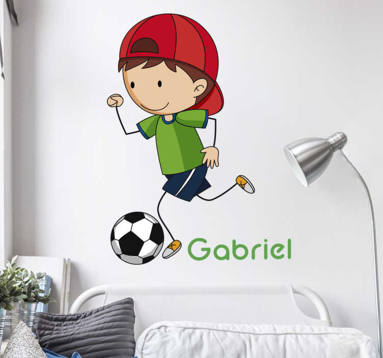 TenStickers. Adesivo personalizado moleque com bola. Este adesivo de parede infantil em que pode personalizar o nome, irá dar alegria ao seu filho por causa do desenho aí mostrado.