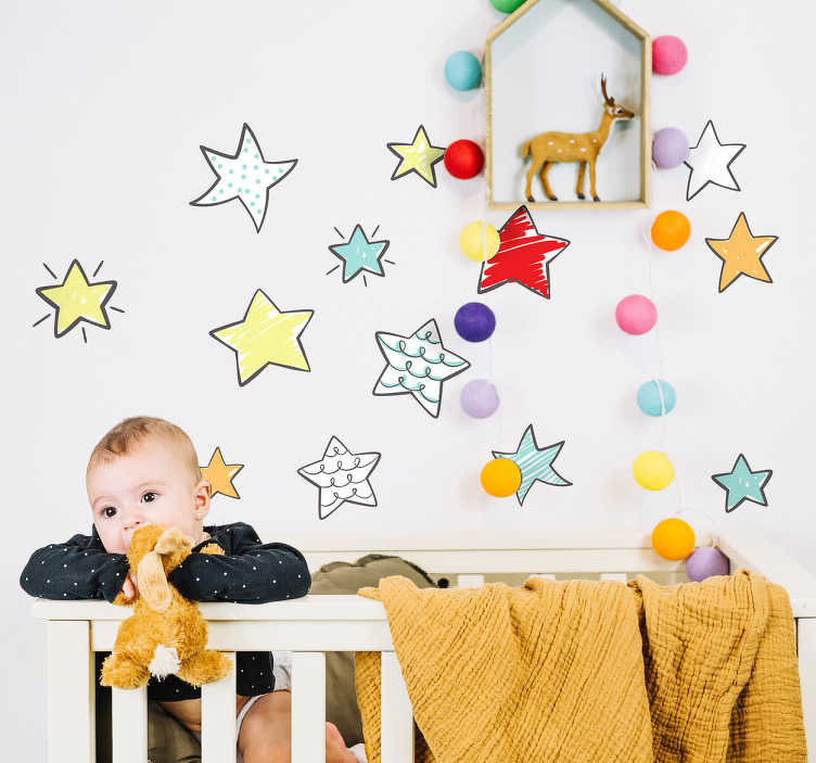 TenStickers. Muursticker set sterren. Decoreer de muren van de kinderkamer met deze leuke gekleurde sticker set. In deze set zitten meerdere stickers van sterren met verschillende kleuren, patronen en groottes.