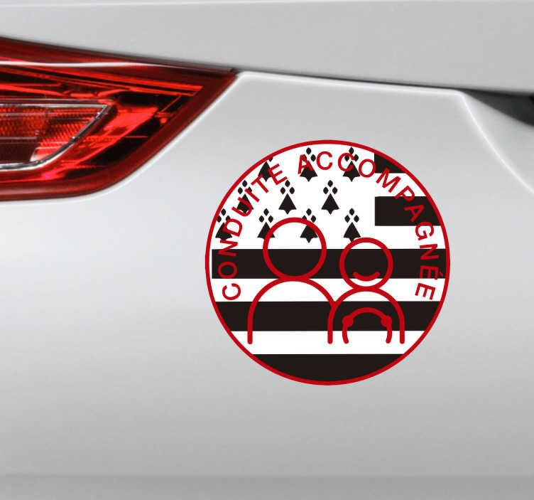 TenStickers. Autocollant conduite accompagnée breton. Décorez votre voiture à l'aide de ce sticker original de conduite accompagnée à inspiration bretonne! Cet autocollant pour voiture représente un jeune conducteur et son accompagnateur avec pour fond le drapeau breton, le Gwenn ha Du.