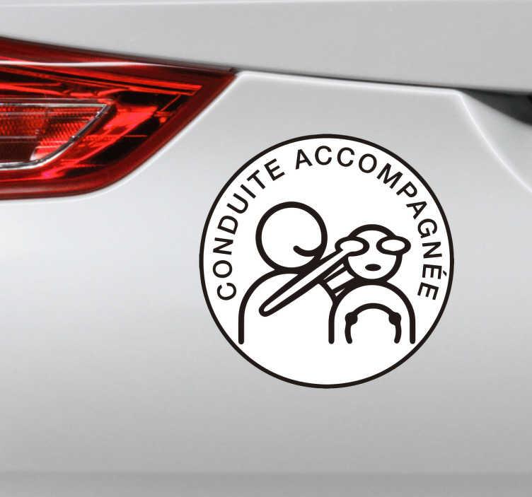 TenStickers. Autocollant conduite accompagnée drôle. Décorez votre voiture à l'aide de ce sticker original de conduite accompagnée humoristique représentant un accompagnateur de conduite cachant les yeux du jeune conducteur.