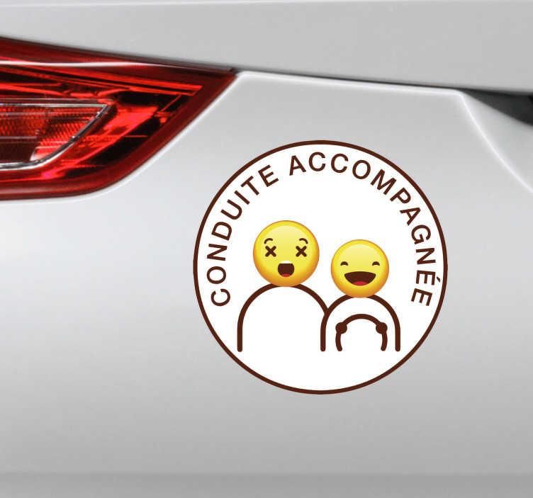 TenStickers. Autocollant conduite accompagnée humoristique. Décorez votre voiture à l'aide de ce sticker de conduite accompagnée humoristique d'une personne en conduite accompagnée ainsi que son accompagnateur.
