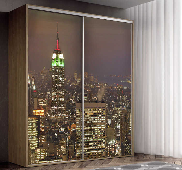 TenStickers. Sticker porte armoire coulissante New-York. Grâce à cet autocollant urbain représentant la ville de New York de nuit, vous allez pouvoir transformer vos portes d'armoire coulissantes !