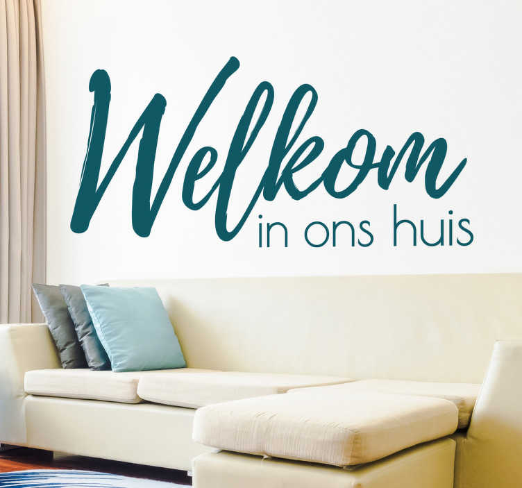 TenStickers. Muursticker welkom in ons huis. Een mooie woonkamer muursticker met tekst. Deze simpele welkom in ons huis tekst muursticker verwelkomt iedereen in uw huis.