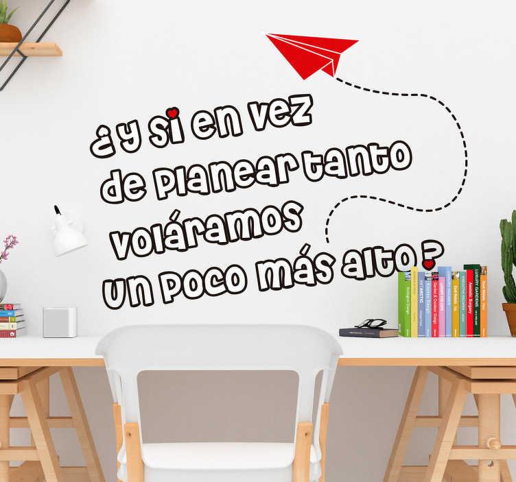 """TenVinilo. Vinilo Mafalda texto. Vinilos decorativos con una cita del personaje del dibujante Quino con el texto """"¿y si en vez de planear tanto voláramos un poco más alto?""""."""