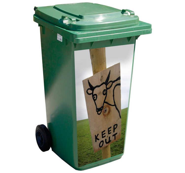 TenStickers. Container sticker koe grappig. Met deze containersticker is de container nooit meer kwijt. Deze kliko sticker heeft een grappig plaatje van een koe met een bord dat zegt get out.