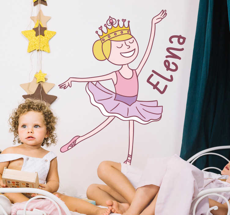 TenStickers. Spersonalizowana naklejka na ścianę baletnica + napis. Naklejka do pokoju dziecięcego ze śmiesznym rysunkiem baletnicy i wybranym przez Ciebie tekstem! Odmień pokój swojego dziecka z tą niezwykłą ozdobą!