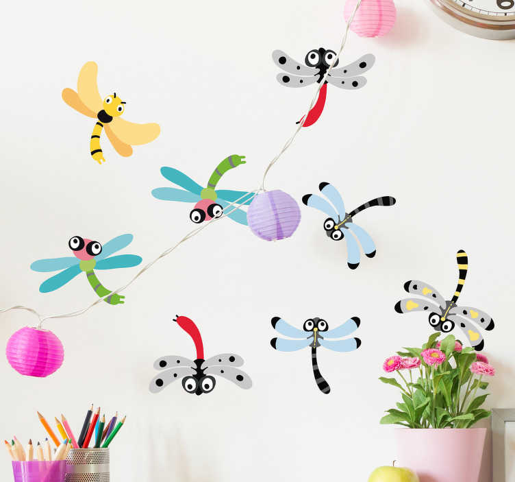 TenVinilo. Vinilo set infantil libélulas. Pegatinas de insectos voladores, con una ilustración infantil que le encantará a los más pequeños de casa.