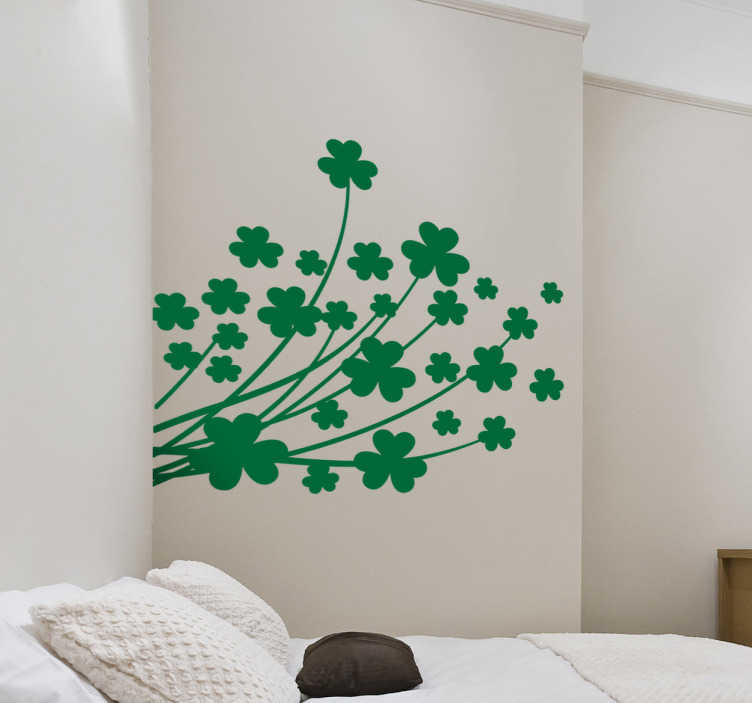 TenStickers. Adesivo de parede de trevos. Se acreditas no trevo da sorte de quatro pétalas, e nunca viste nenhum na tua vida, nós oferecemos-te a solução como este autocolante de parede.