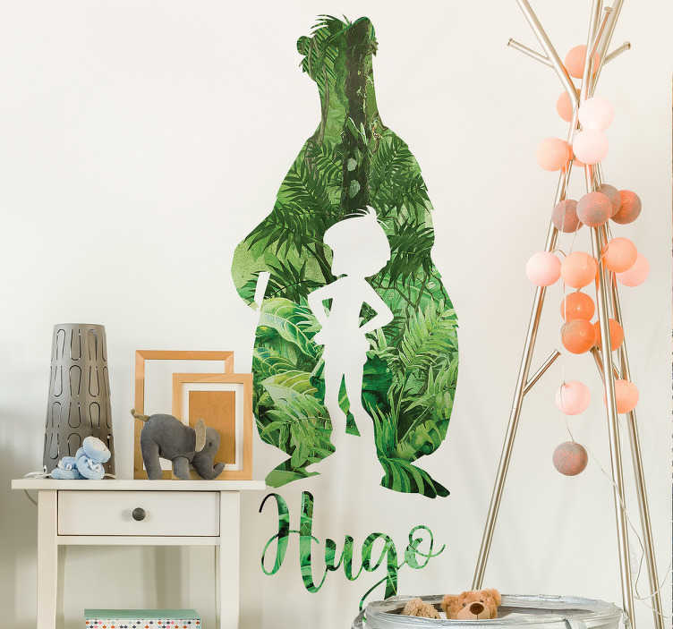 TenStickers. Naamsticker jungle kind. Decoreer de kamer met deze avontuurlijke naamsticker van de jungle met beer en kind als in Jungle Book.