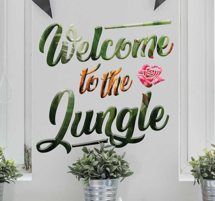 TenStickers. Welcome to the jungle sticker. Welcome to the jungle! De sticker bestaat uit de tekst 'Welcome to the jungle' met een jungle patroon en bloem. Leuke jungle tekst sticker!