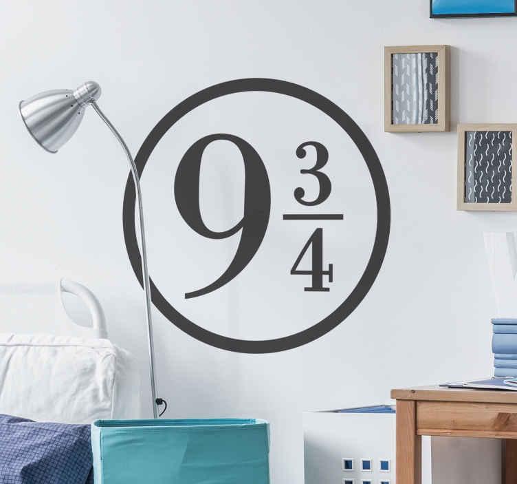 TenStickers. Naklejka na ścianę Peron 9 i 3/4. Naklejka na ścianę inspirowana serią książek JK Rowling. Przenieś się do tego magicznego świata z tą wyjątkową naklejką oznaczającą peron 9 i 3/4!