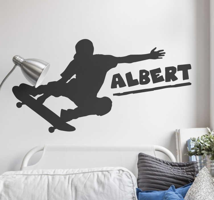 TenStickers. Naamsticker mannelijke skater. Creëer een avontuurlijke en stoere sfeer in de kamer met deze skater sticker. De sticker bestaat uit een skater die een truc doet en een persoonlijke naam.