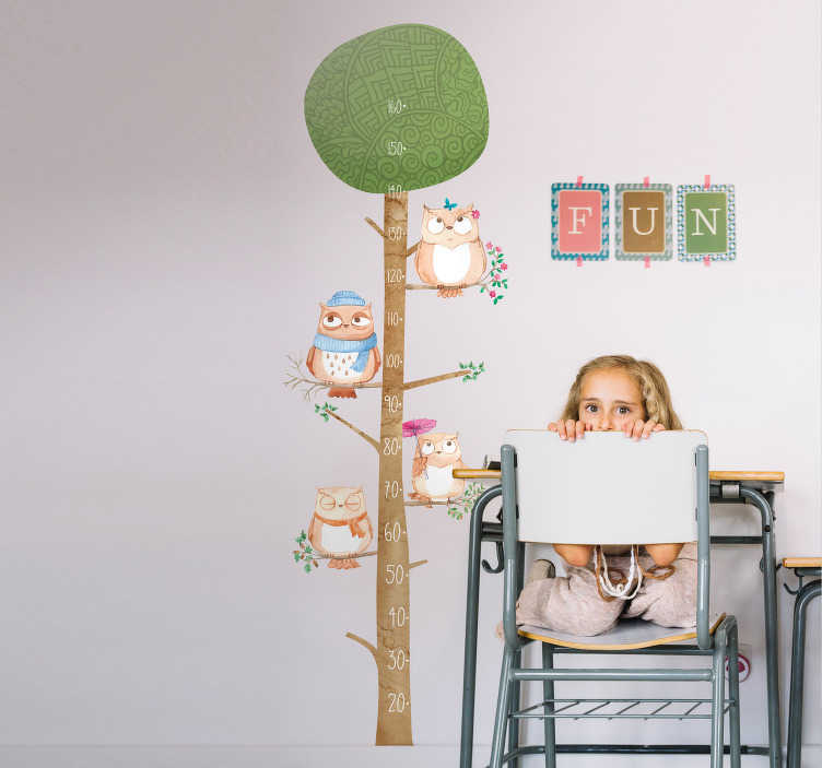 TenStickers. Groeimeter uilen boom. Met deze boom groeimeter met uilen muursticker heeft u decoratie en een handige oplossing om te kijken hoe lang de kinderen zijn.