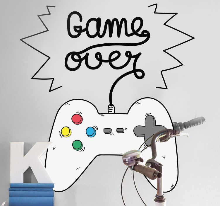 TenStickers. Naklejka na ścianę Game Over. Naklejka na ścianę dla graczy z napisem Game Over oraz ilustracją pada do konsoli Jeśli lubisz grać w różnego rodzaju gry na konsoli, komputerze czy innym urządzeniu, tak naklejka jest idealna dla Ciebie Świetnie będzie pasować do Twojego pokoju.