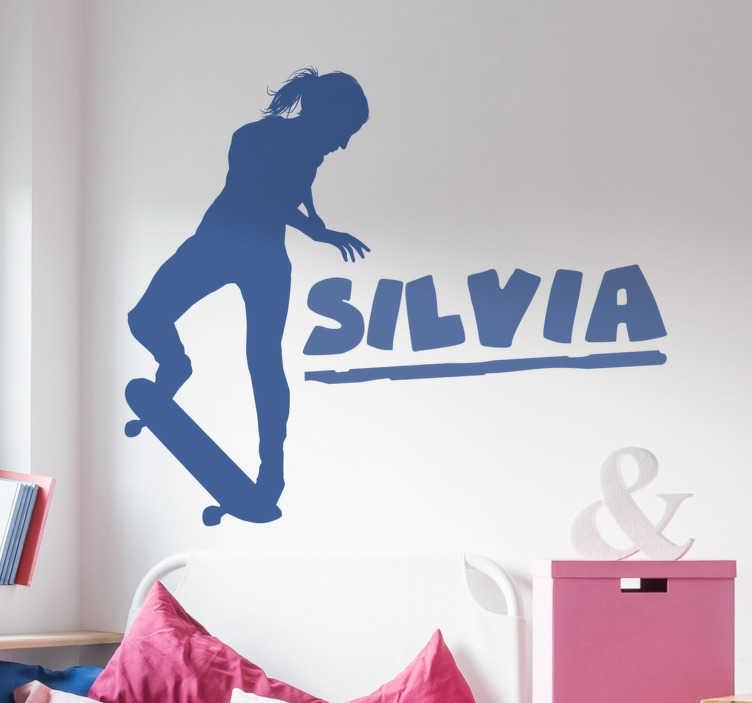 TenStickers. Naklejka na ścianę dziewczyna na deskorolce. Naklejka przedstawiająca dziewczynę jeżdżącą na deskorolce. Idealna naklejka dla największej fanki tego sportu! Umieść swoje imię obok i ciesz się tą wyjątkową ozdobą!