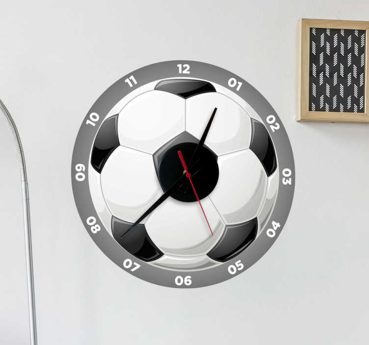 TenStickers. Naklejka na ścianę zegar w kształcie piłki. Naklejka na ścianę do pokoju dziecka i młodzieży, przedstawiająca piłkę nożną, która jest jednocześnie... zegarem ściennym! Ta wyjątkowa dekoracja ścienna jest idealna dla każdego spóźnialskiego fana piłki nożnej!