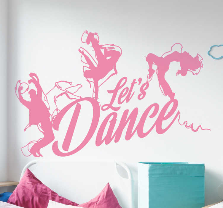 TenStickers. Muursticker let's dance. Deze sticker is perfect voor iedereen die van dansen houdt. Deze muursticker met de tekst 'let's dance' en 3 dansende figuren eromheen zal voor een levendige en leuke sfeer zorgen.
