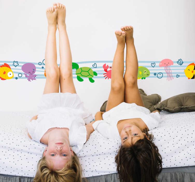 TenStickers. Adesivo azulejo infantil mundo submarino. Deixe o quarto das suas filhas ainda mais colorido com este adesivo azulejo com os animais aquáticos a percorrer na parede.