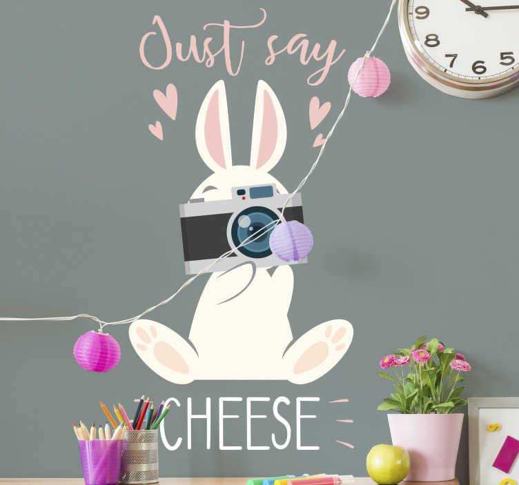 TenStickers. Muursticker kinderkamer konijn say cheese. Decoreer de kinderkamer met deze leuke en lieve muursticker met konijn die Just say cheese zegt. Deze sticker zal de kinderkamer een leuke een speelse touch geven.