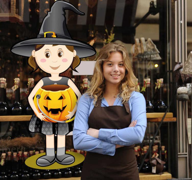 TenStickers. Sticker Halloween meisje pompoen. Een sticker van een kleine heks met een pompoen in haar handen. Gebruik deze muursticker in uw zaak tijdens het Halloween seizoen.