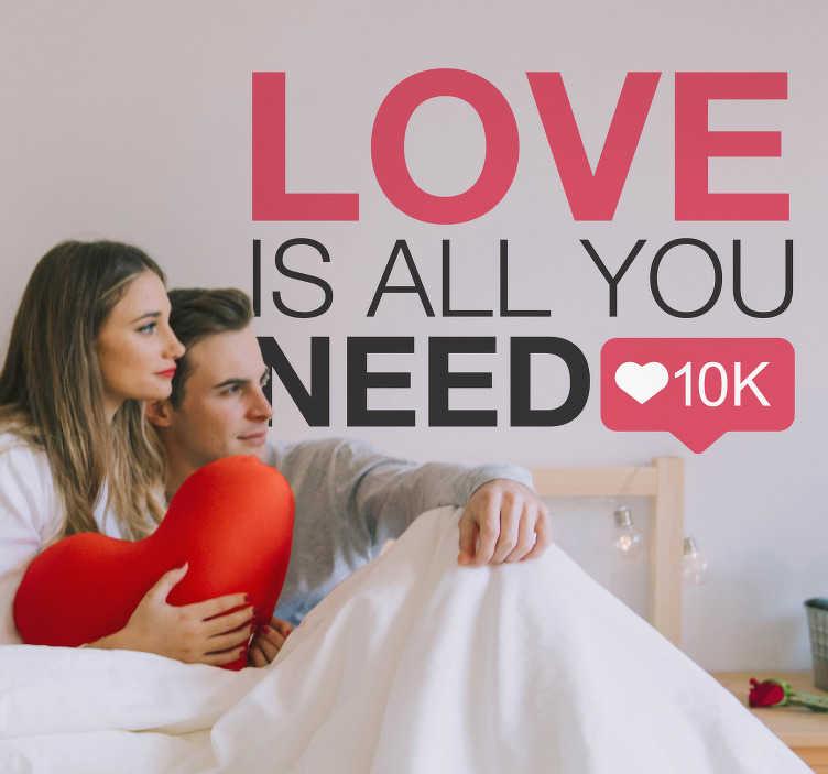 """TenStickers. Love is all you need muursticker. Decoreer de muur van uw slaapkamer met deze positieve en liefdevolle muursticker met de tekst """"Love is all you need"""". Ervaren ontwerpteam."""