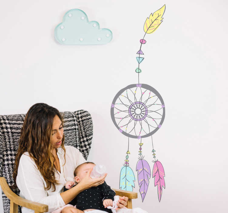TenStickers. Sticker dromenvanger gekleurde veren. Breng een leuke en lichte touch aan in de kinderkamer met deze muursticker. De sticker bestaat uit een design van een dromenvanger met verschillende gekleurde veren.