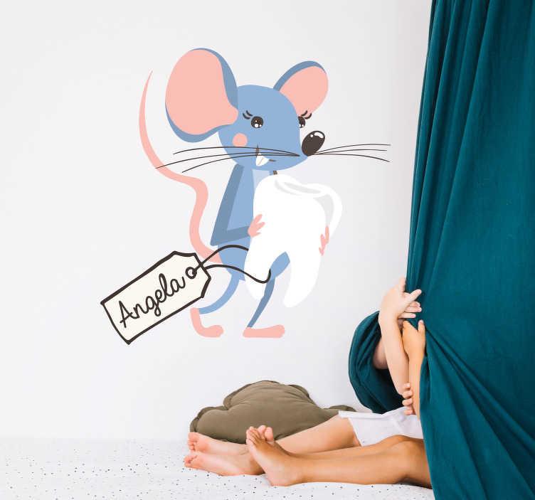TenStickers. Sticker la petite souris dent. Sticker représentant la petite souris, tenant dans ses pattes unedent, suivie d'une étiquette avec le prénom du propriétaire de cette dernière. Un adorable sticker où vous pourrez ajouter le prénom de votre enfant. Un sticker facile d'application qui ne laissera pas de résidu après utilisation.