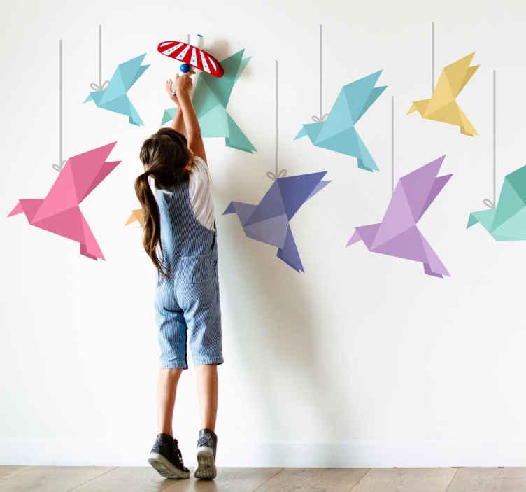 TenStickers. Gekleurde origami vogels sticker. Decoreer de kamer met dit vrolijke design van vogels in origami stijl. Deze muursticker bestaat uit 9 origami vogels aan een draad in verschillende kleuren en formaten.