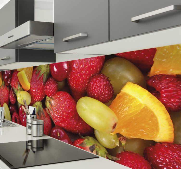 TenStickers. Keuken sticker fruit rand. Creëer een vrolijke sfeer in de keuken door middel van deze muursticker met verschillende soorten fruit zoals aardbeien, druiven en sinaasappels.
