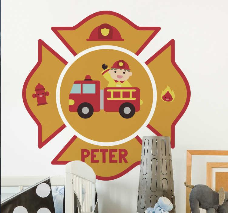 TenStickers. Spersonalizowana naklejka ścienna dla strażaków. Spersonalizowana naklejka ścienna dla dzieciaków, idealna do ozdabiania ścian sypialni. Ta zabawna naklejka dla dzieci pokazuje strażaka w swoim wózku strażackim otoczonym hydrantem, hełmem, symbolem ognia i imieniem dziecka.