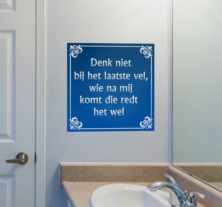 TenStickers. Delfts Blauw tegelsticker laatste vel. Het perfecte gezegde voor in de badkamer. Deze tegelsticker met de tekst ' denk niet na het laatste vel wie na mij komt die redt het wel' zal iedereen eraan herrineren om WC papier terug te zetten.