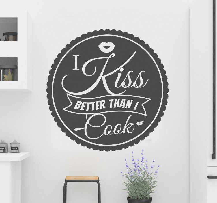 TenStickers. Sticker I kiss better than I cook. Ben jij ook niet zo'n keukenprins of prinses? De sticker bestaat uit een cirkel met daarin de tekst 'I kiss better than I cook'.