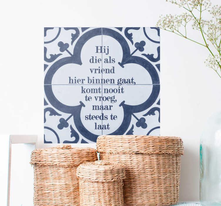 TenStickers. Tegelsticker Delfts Blauw vriend. Verwelkom iedereen op een gepaste Nederlands manier in huis met deze tegelsticker. Deze Delfts Blauwe tegel met de bekende wijsheid 'hij die als vriend te binnen gaat komt nooit te vroeg maar steeds te laat' is een warm welkom.