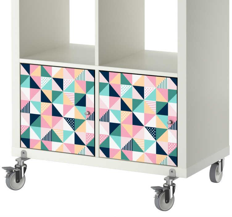 TenStickers. Naklejka na meble z trójkątnym wzorem. Kolorowa, geometryczna, winylowa naklejka do ozdabiania mebli wszystkich rodzajów. Ten wzór pokazuje wiele trójkątów w stylowym wzorze, aby dodać szyku osobowości do szuflad, szafek i drzwi w domu.
