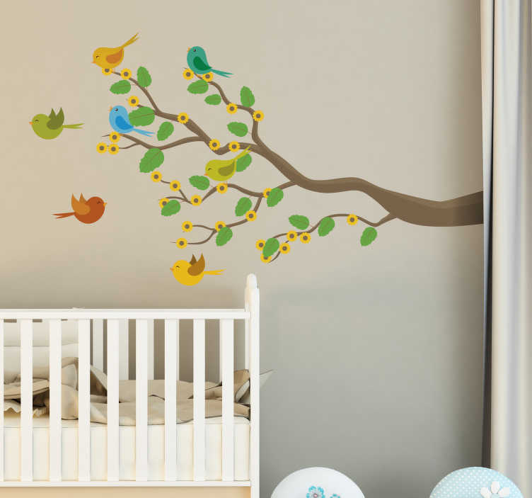 TenStickers. Ptaki na naklejce ściennej gałęzi. Kolorowe naklejki na ptaki przedstawiające wiele ptaków latających do i z liściastych gałęzi drzewa, piękne naklejki ścienne z drzewa do dekoracji pokoju dziecka lub pokoju dziecinnego. Przynieś trochę koloru do swojego domowego wystroju dzięki tej uroczej, żywiołowej konstrukcji, która z pewnością wywoła uśmiech na twarzy twojego dziecka.