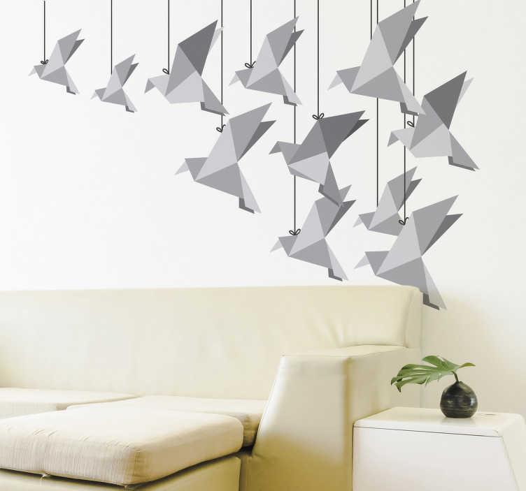 TenStickers. Naklejki ścienne z ptakami origami. Niesamowita naklejka ścienna origami ze stada szarych ptaków wykonanych z papieru. Ta wspaniała naklejka na ścianę przedstawia wiele ptaków origami wiszących na strunach pod sufitem, które idealnie nadają się do niepowtarzalnego wystroju wnętrza domu. Udekoruj swój kochający pokój lub sypialnię tym klasycznym stylem już teraz!