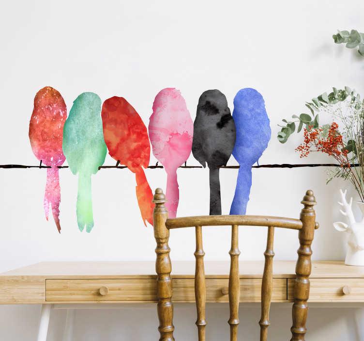 TenStickers. Kolorowe ptaki na drucianej naklejce ściennej. Kolorowa naklejka ścienna z sześcioma wielobarwnymi ptakami siedzącymi na drucie telefonicznym skupionymi blisko siebie. Ta śliczna naklejka pokazuje piękne akwarele zieleni, pomarańczy, różu, bluesa i innych, które sprawiają, że ściany stają się bardziej żywe i wywołują uśmiech na twojej twarzy, gdy tylko przechodzisz obok.