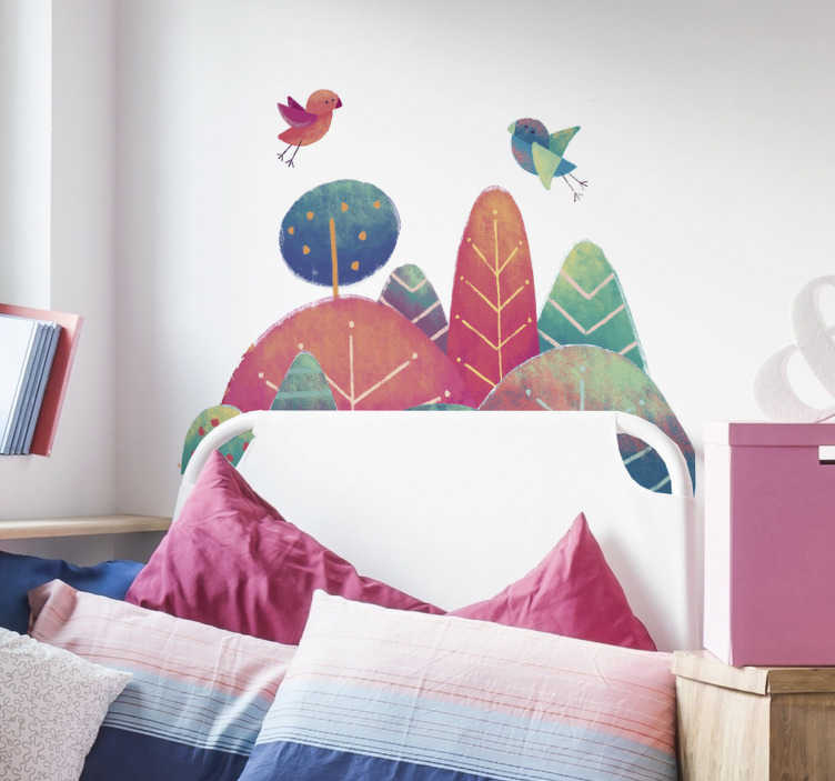 TENSTICKERS. 飛行機のヘッドボードステッカーの鳥. 自宅であなたの寝室を飾る美しいヘッドボードの壁のステッカー。森の中のいくつかの赤と緑の木々の上を飛んでいるカップルのpfの鳥を見せてくれる素敵な鳥の壁のステッカー。この壁のデカールは、あなたの寝室の壁や子供のベッドルームに色を加えるのに最適です。