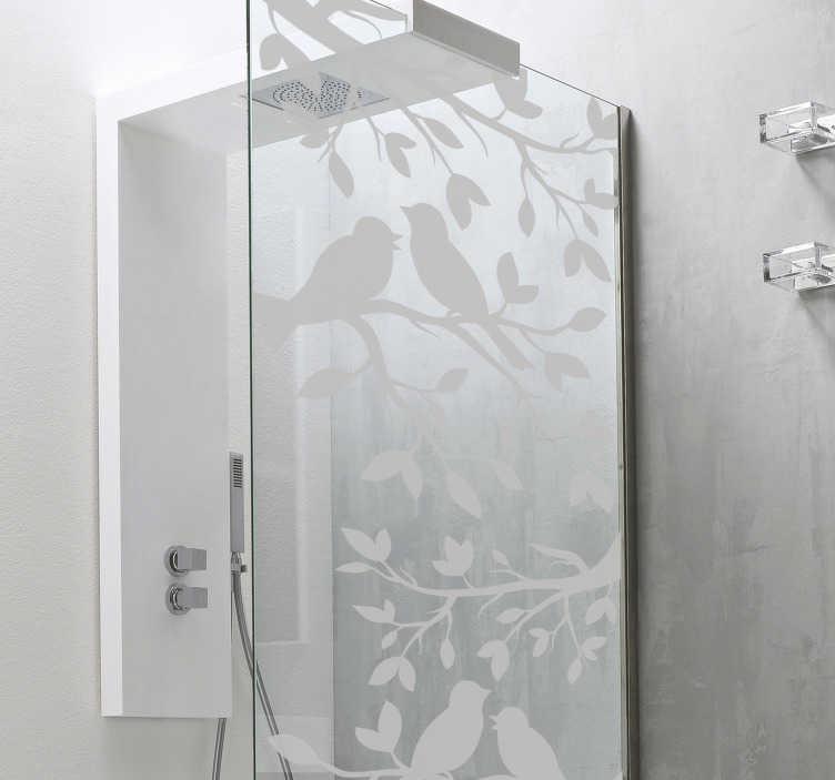 TenStickers. Naklejki na drzwi prysznicowe dla ptaków. Przezroczyste naklejki na ptaki do ozdabiania drzwi prysznicowych i dodawania osobistego akcentu do wystroju łazienki. Dodaj odrobinę natury do prysznica dzięki wspaniałemu designowi ptaków siedzących w gałęziach drzew, idealnych do otaczania się w pięknym lesie roślin i zwierząt podczas mycia.