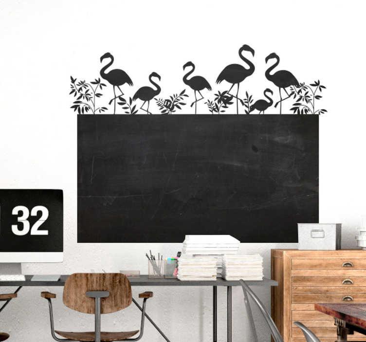 Tenstickers. Flamingoja liitutaulutarra. Tyylikäs ja hyödyllinen sisustuselementti Liitutaulutarra jonka yläpuolella flamingo-hahmoja