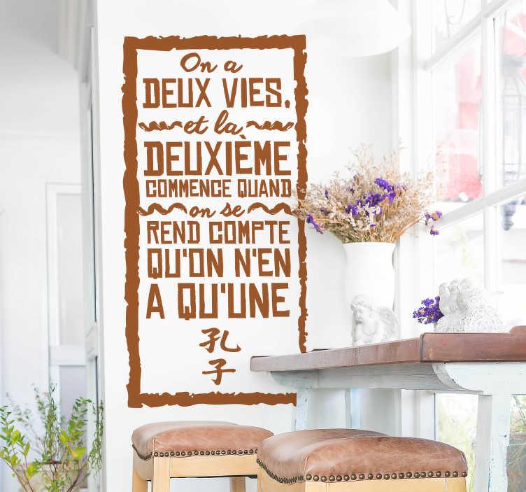 """TenStickers. Sticker citation Confucius deux vies. Célèbre citation de Confucius """"On a deux vies, et la deuxième commence quand on se rend compte qu'on en a qu'une"""". Un sticker citation d'un des plus grand penseur et philosophe oriental. Un autocollant mural que vous pourrez aussi bien poser dans votre chambre que dans votre salon."""