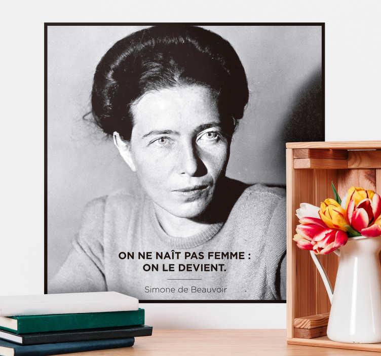 """TenStickers. Sticker Citation féministe Simone de Beauvoir. Sticker avec la fameuse citation de Simone de Beauvoir """"On ne naît pas femme : on le devient"""" Extrait de son livre """"Le deuxième sexe"""", cette petite phrase a été le début d'un grand questionnement, et est aujourd'hui une des phrases les plus importantes du mouvement féministe."""