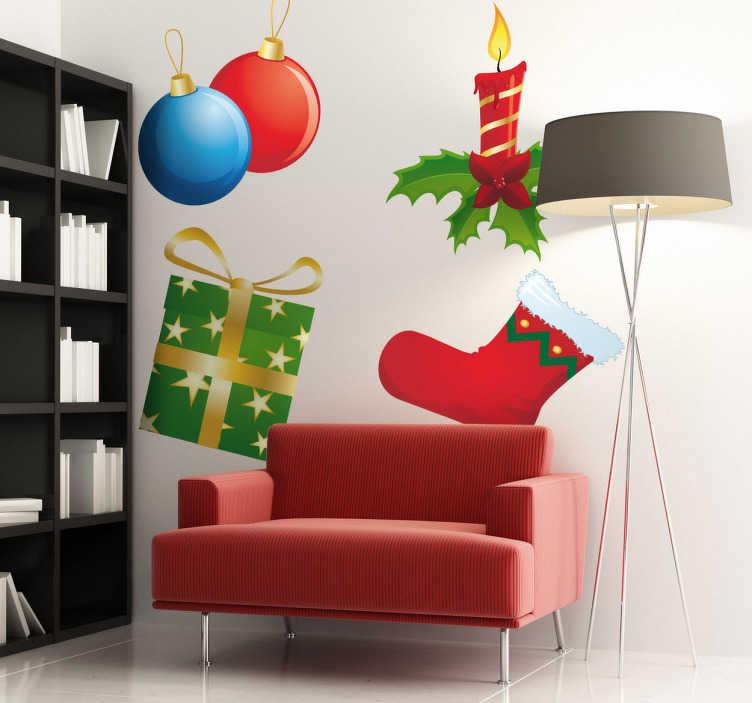 TenStickers. Sticker set kerstmis. Een leuke set muurstickers voor tijdens de kerstperiode met hierin: Kerstballen, een kaars met hulstblaadjes, een typische sok en een cadeautje.