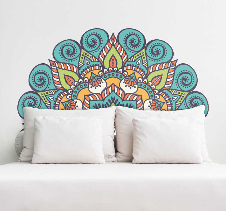 TenStickers. Naklejka ścienna na głowę mandali. Wspaniała naklejka ścienna mandali do wykorzystania jako zagłówek lub za sofą. Ten kolorowy orientalny design jest idealny do dekoracji sypialni, salonu lub pokoju nastolatka z niepowtarzalnym i oszałamiającym kwiatowym akcentem.