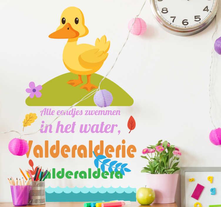 TenStickers. Muursticker eendjes in het water. Breng extra gezelligheid en kleur in de kinderkamer. De muursticker heeft de tekst van alle eendjes zwemmen in het water op de sticker staan met een leuk eend erop.