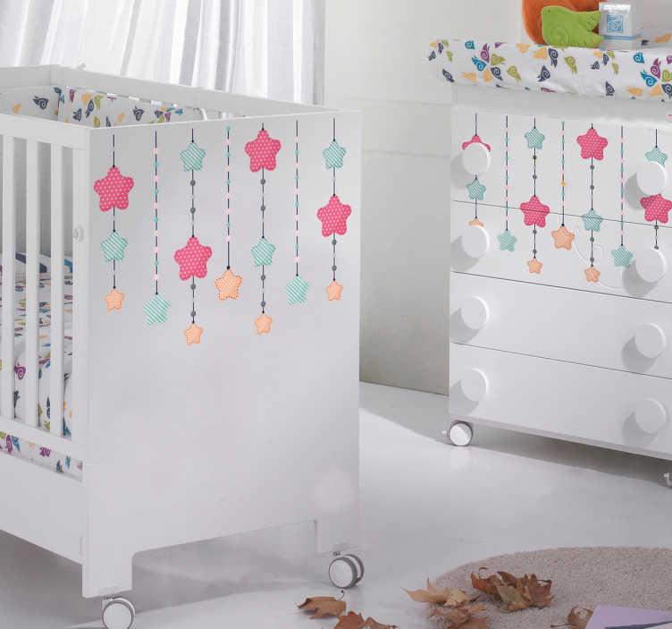 TENSTICKERS. 家のための赤ちゃんの星のステッカー. 赤ちゃんの部屋や保育園の家具を飾るピンク、青、黄色のスターステッカー。この豪華な保育園のインテリアでは、複数の星が縞模様のストリングから垂れ下がり、子供の寝室を飾ったり、笑顔を浮かべたりするのに最適です。
